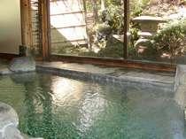 庭を望む 源泉かけ流しの岩風呂
