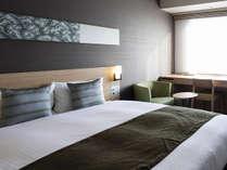 【ダブルルーム】160cm×195cmのクイーンサイズのベッド設置!!枕元にUSB差込口あり