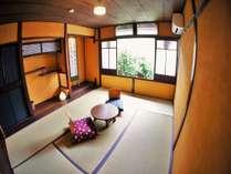 木音となり【楓】2階庭側のお部屋です。見下ろすと季節を感じる小さな坪庭があります。