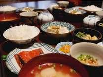 ガス釜で炊いたつやつやご飯に味噌汁、焼き魚やおばんざいの素朴な和朝食をお召し上がり頂けます。