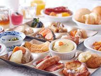 【朝食】ガーデンプールを望むレストランで、彩り豊かな和洋の旬菜をバイキングスタイルで。