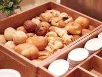 【朝食】パン※クロワッサンや、バターロール、トマトパン等数種類のパンをご提供。