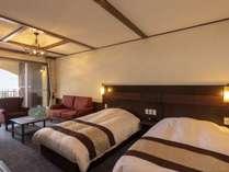 【ルシアンスイート】4つのベッドを備えたお部屋。3家族や女性グループで快適にお過ごしいただけます。