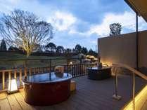 陶器風呂に浸かりながら、外の庭園をお愉しみください。朝と夕では趣きも異なります。