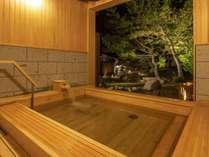 【貸切露天風呂/檜】檜のいい香りと外の庭園を眺めながら湯浴みをどうぞ。