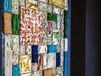【ロビー】エレベーター付近で色鮮やかなガラス絵をご覧ください。