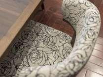 【レストラン】椅子は白いバラのデザイン。落ち着いた雰囲気でお過ごしいただけます。
