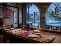 【レストラン】アリアセレーナカウンター席からはガーデンプールが望めます