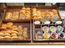 【朝食】クロワッサン・バターロール・セサミカイザーロール等6種類をご用意。