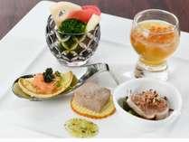 【夕食】前菜いくらのコンソメジュレや、秋野菜のピクルスなど、目でも舌でもお楽しみ頂けます