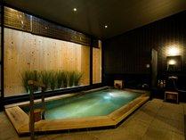 <地下大浴場>足を伸ばしてゆったりご入浴できます。男性はサウナあり。脱衣所のコロナ対策実施中。