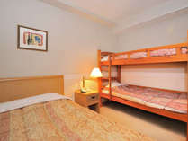 【アネックス館】ファミリールーム(20平米)お子様に大人気の二段ベッド+ダブルのお部屋です