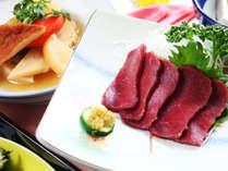 【夕食】スタンダードプランには馬刺しが付きます。