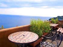 *地中海リゾートを連想させるモザイクテーブルのテラス。眺めも海外に居る気分で♪,神奈川県,江の浦テラス