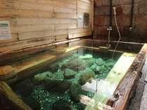 *【下の湯】ほんのりたまご臭がするエメラルドグリーンのお湯は、40度以下の「ぬる湯」です。