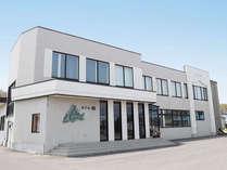 【ホテル外観】標津町の海岸に建ちます。世界自然遺産の知床・羅臼へも車で約1時間です。