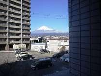 2階のお部屋から眺める富士山。各階の東側(北側)のお部屋から富士山を臨めます。