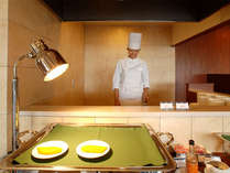 朝食は和洋バイキングをご用意!シェフが目の前で作る卵料理など充実の内容をご用意♪