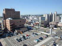 【駐車場】ホテル北側に大型平面駐車場がございます。ご宿泊者の方は無料でご駐車頂けます。