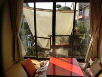 お部屋はどこのお部屋もゆっくりできる畳。窓が大きく開放感あります。