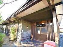 築50年ほどの日本家屋で、ゆっくり寛げる空間です。