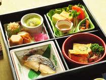 【朝食一例】季節の和え物や焼き魚など、品数豊富な和定食をお召し上がりください。