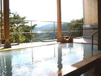 大露天風呂『空中露天・杜の湯』(男性用)源泉100%かけ流しの乳白色の湯をご堪能ください。