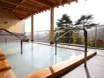 大露天風呂『空中露天・杜の湯』(女性用)源泉100%かけ流しの乳白色の湯をご堪能ください。
