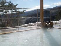 冬はにごり湯の露天風呂から一面の雪景色をながめて、雪見露天をお楽しみいただけます。