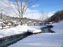 雪景色の温泉公園・湯だまり