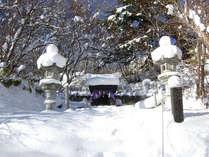 温泉神社 高湯の湯の発見とほぼ同じ頃建立された。お賽銭は温泉のガスですぐに真黒に。