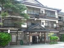 いらっしゃいませ。当館にてごゆっくりお過ごし下さいませ。昭和28年建築、今年で築64年の木造3階建て。