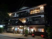 いらっしゃいませ。当館にてごゆっくりお過ごし下さいませ。昭和28年建築、今年で築67年の木造3階建て。
