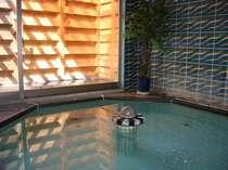 24時間いつでも入れる、柔らかい湯質の温泉