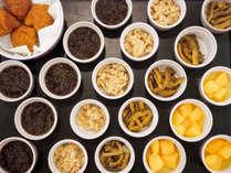 朝食バイキング~沖縄料理~ 少しずつ味わって頂けるよう小鉢にて提供しております。