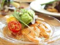 《前菜》地元食材『信州サーモン』に和のテイストを取り入れた一品。