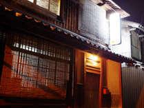 *【外観】JR近江今津駅より徒歩7分。旧宿場町の雰囲気が残る、街道筋に佇む小さなお宿です。
