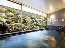 【大浴場(写真:男性用)】天寿石でできた浴槽。遠赤外線も高く体をポカポカ温めます。地下1階