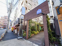 *カプセル&サウナロスコ外観。駒込駅から徒歩30秒!お泊りのお客様は隣接のスパ&サウナ使い放題!