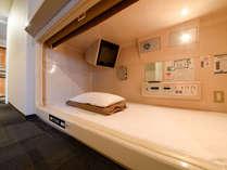 *【客室一例】2段式縦型カプセルルーム内設備(一例)お休みになりながらすぐに手が届く場所に全て設置。