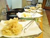 オープンキッチンでは旬の食材を揚げたての天ぷらでご提供