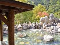秋の景色と露天風呂をお楽しみください