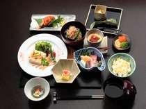 ご夕食一例。旬の素材を大切にした和懐石です。