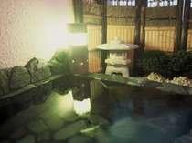 伊豆石を使った作り付けの温泉露天風呂。屋根もあるので雨でもOK!