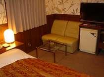 ダブルルーム ソファと、32型液晶TV。ベッドは単独コイルスプリングでごゆっくりおやすみ頂けます。