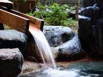 なんともいえない和の情緒を醸し出す温泉露天風呂。日本って本当にいいですね。