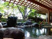 岩に囲まれた露天風呂。温泉を楽しむ醍醐味を感じます。風情のあるお風呂です。