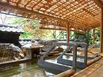 露天の「寝湯」。浅いお風呂なので水圧が低く、体に負担が少ない湯船。