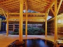 カップルで、ご夫婦で、家族で楽しむ貸切露天風呂。桧造りの風情が素敵です(有料)