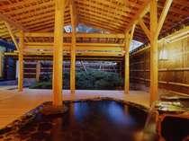 湯量たっぷりの温泉をプライベートで楽しむ桧の貸切露天風呂。木の温もりを感じます(有料)